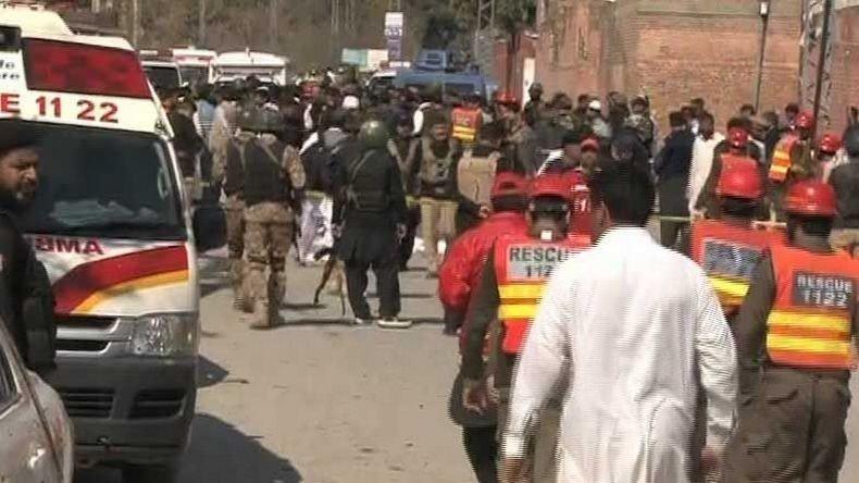 #Pakistan : au moins 6 personnes ont été tuées et 19 autres blessées dans une attaque kamikaze  https:// francais.rt.com/international/ 34280-kamikazes-ciblent-cour-justice-pakistan &nbsp; … <br>http://pic.twitter.com/uDUIdaZUK0