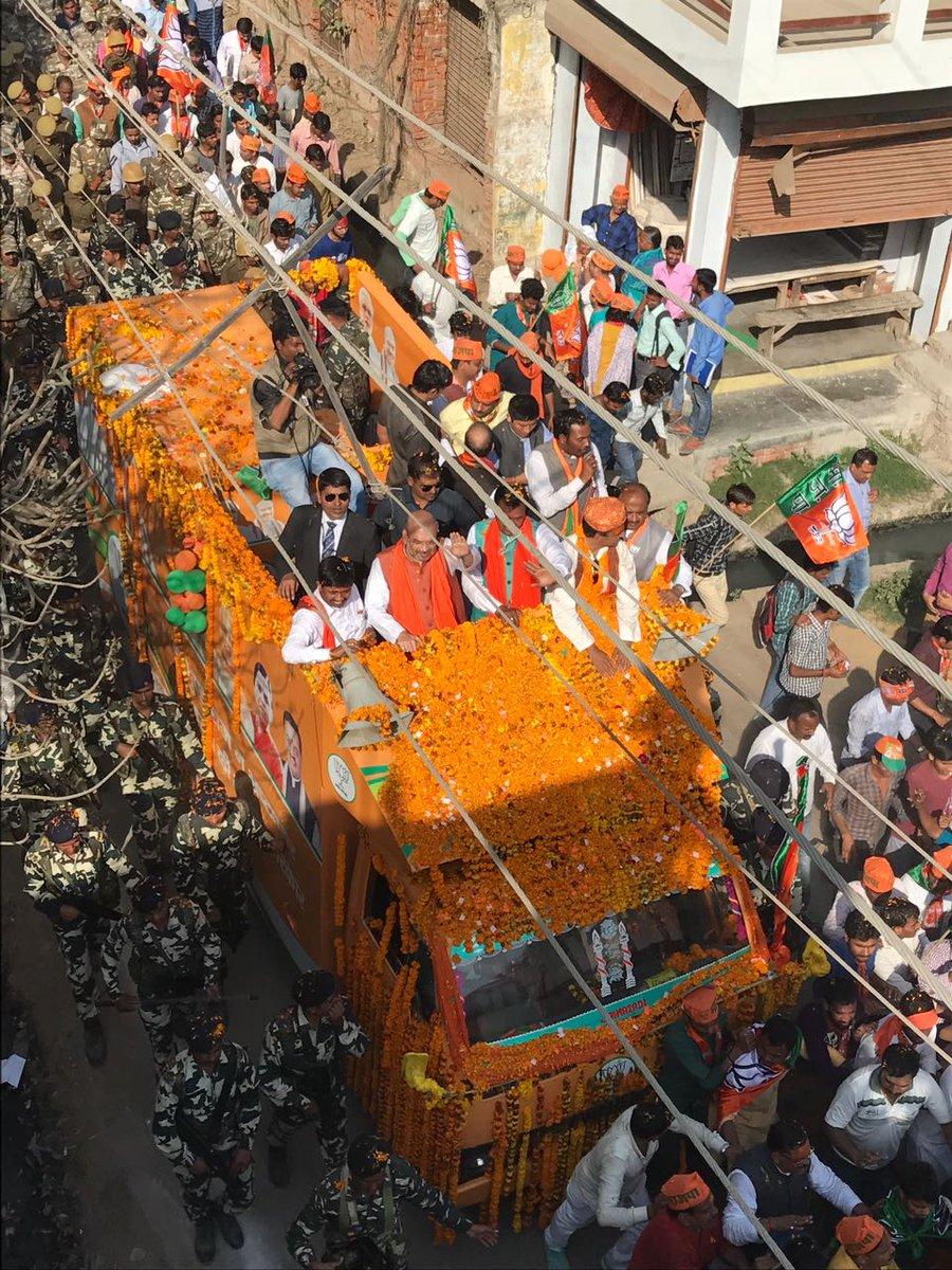 जनसैलाब के समर्थन के साथ विजय पथ की ओर इलाहाबाद रोड शो। #प्रयाग_में_अम...