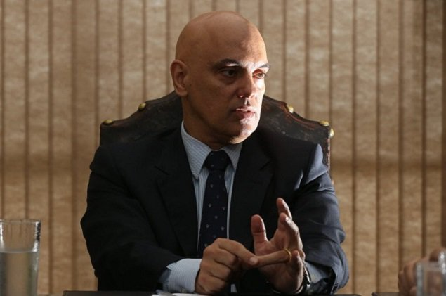 Alexandre de Moraes omite do Senado que mulher advoga no Supremo https...