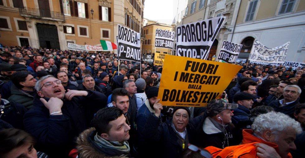 #21febbraio Sesto giorno consecutivo di proteste dei #tassisti. Ecco c...