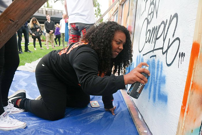 Students invited to spray paint what peace means to them at Artists 4 Israel event. #News #CSULB #49erNow https://t.co/Wbfk0PAGSn https://t.co/1GFrNy8HVY