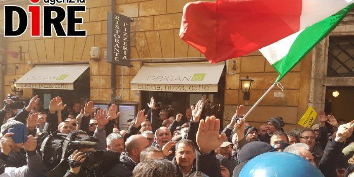 Sciopero #taxi, saluti romani sotto la sede del Pd #tassisti https://t...