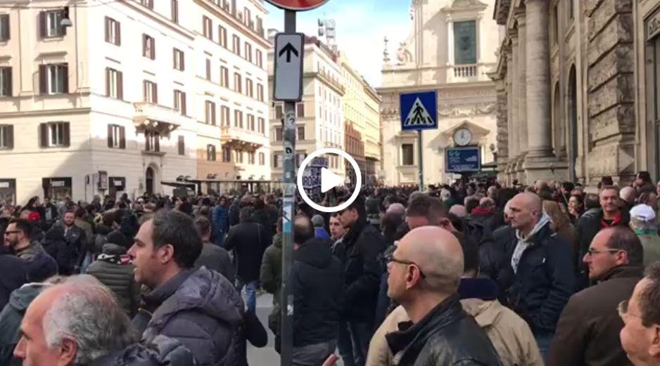 Protesta #tassisti, tensione a #Roma: petardo esplode a Largo Chigi /V...
