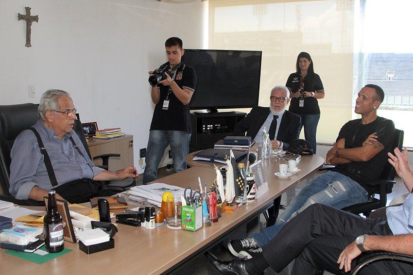 Presidente Eurico Miranda recebe o atacante Luis Fabiano em São Január...