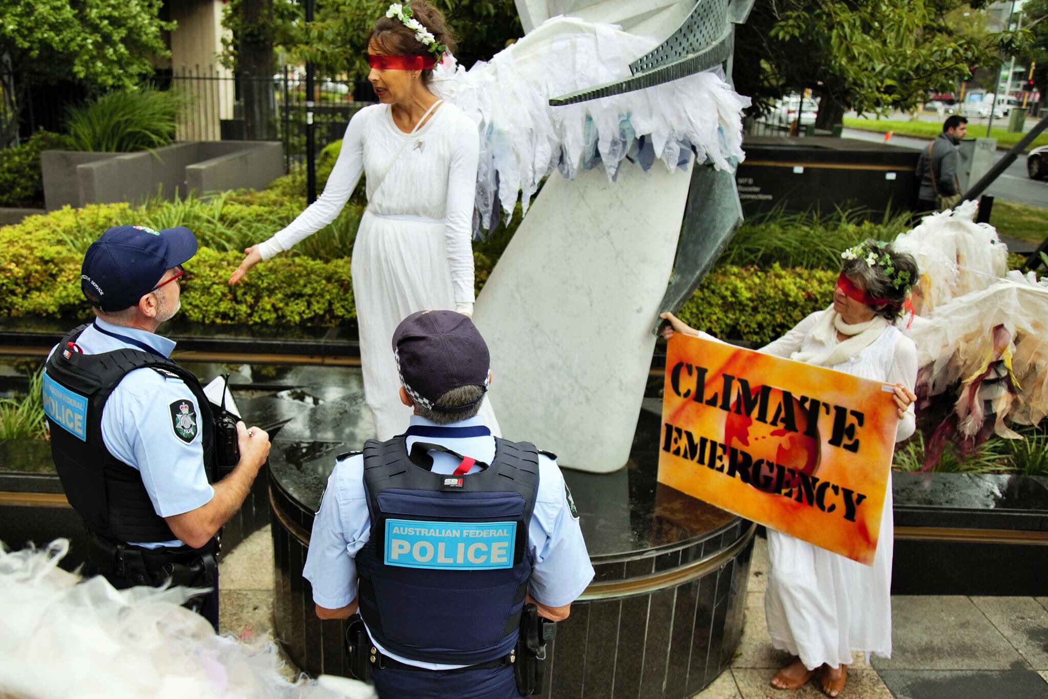 When staging our vigil at Melbourne's U.S. Consulate we discussed the unfolding #ClimateEmergency with some lovely police😇 #auspol #springst https://t.co/4p3Ztf5054