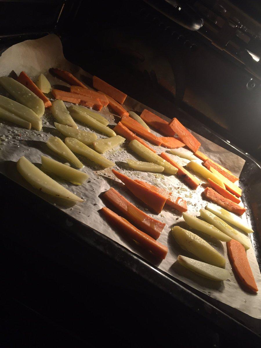 Maman #solo ce soir alors on vient de faire des petites frites au four de patates douces et de pommes de terre <br>http://pic.twitter.com/EPUVHdP4px