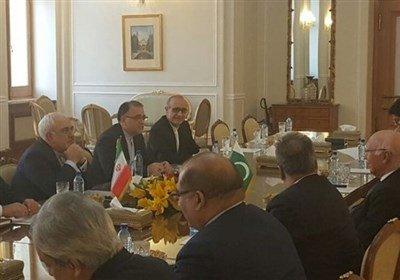 #Iran's Zarif, #Pakistan's Aziz Meet in #Tehran  http:// dlvr.it/NRTFSr  &nbsp;  <br>http://pic.twitter.com/9soGzEdBPg