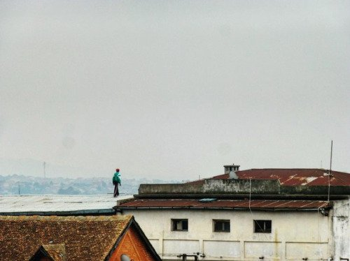 Sur les toits de Tana, Tananarive, Madagascar  #roof #rooftop...  http:// ift.tt/2m9A5Gh  &nbsp;  <br>http://pic.twitter.com/d9NGHqVheW