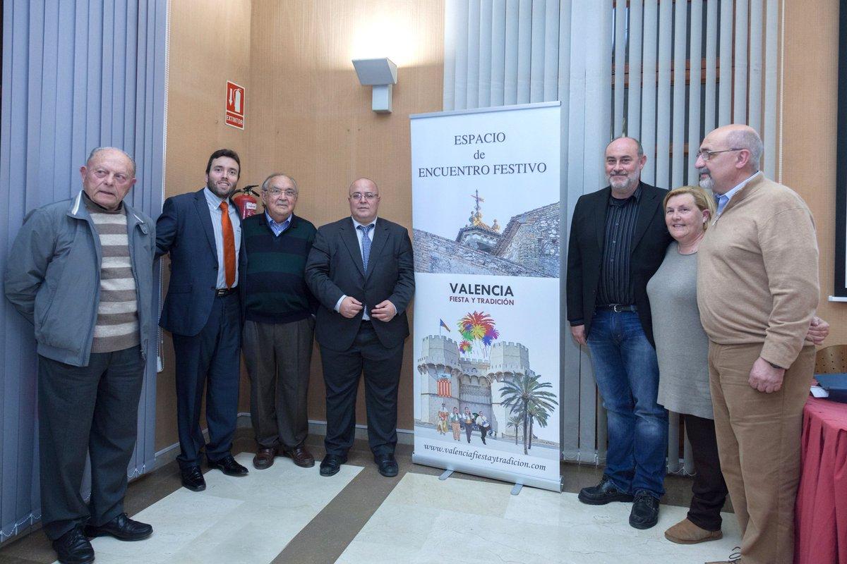 "Espacio de Encuentro Festivo celebró en Paterna el coloquio ""Pirotecnia y pólvora festiva"" #pirotecnia   http:// valenciafiestaytradicion.com/2017/02/21/esp acio-de-encuentro-festivo-celebro-en-paterna-el-coloquio-pirotecnia-y-polvora-festiva/ &nbsp; … <br>http://pic.twitter.com/HweU7fiRrP"
