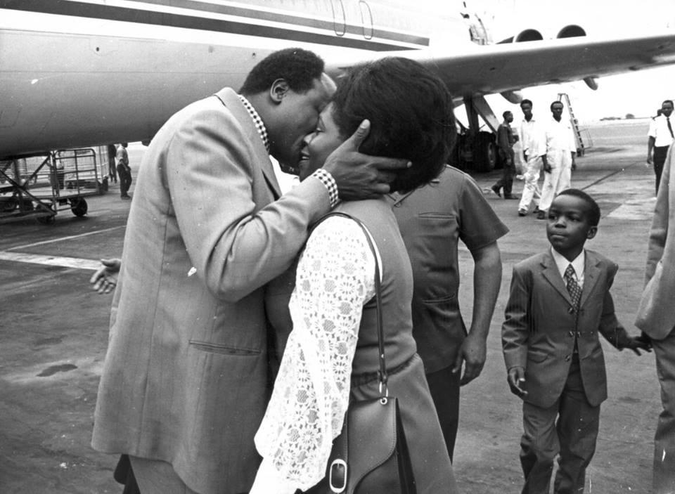 For no apparent reason, a photo of Lucy and Mwai Kibaki smooching.   #KenyanHistory https://t.co/XAOdpKnkzj