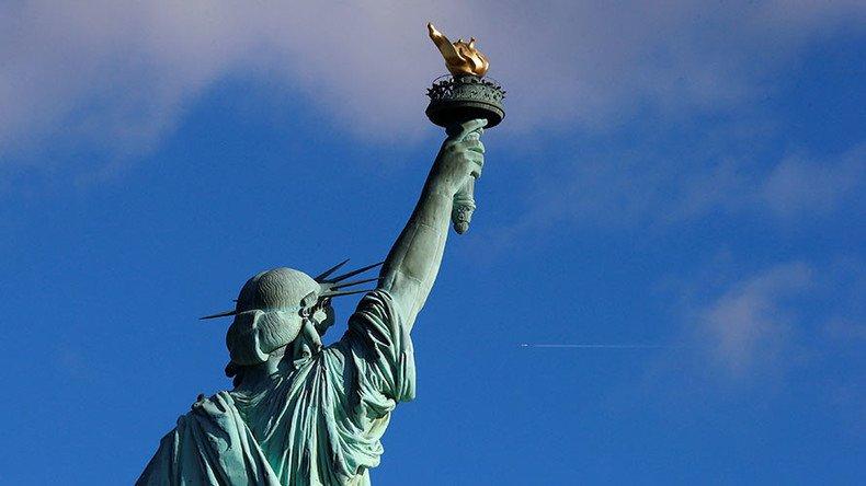 Une banderole «Bienvenue aux réfugiés» enlevée de la Statue de la Liberté #USA  https:// francais.rt.com/international/ 34347-banderole-bienvenue-refugies-enlevee-statue-liberte &nbsp; … <br>http://pic.twitter.com/bsRSVHXisU