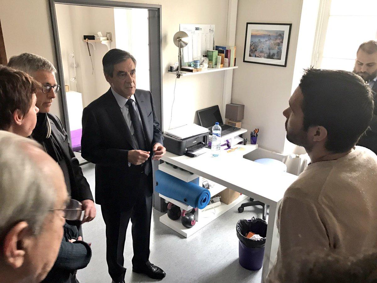Visite de la maison de #santé de #Fontainebleau : les médecins généralistes doivent redevenir le maillon central de notre système de soins.<br>http://pic.twitter.com/K3zOEmtscP