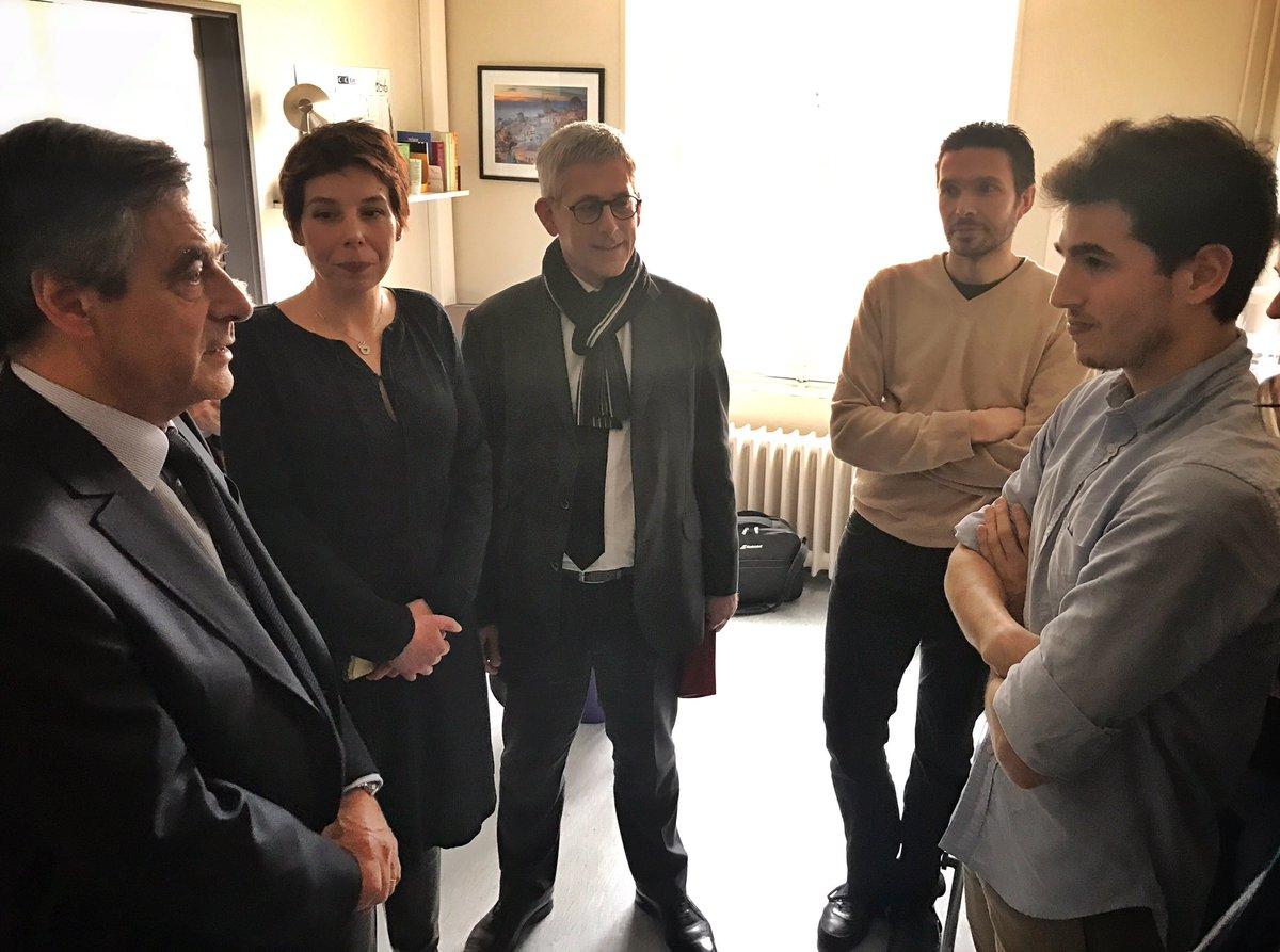 .@FrancoisFillon rencontre de jeunes internes séduits par la mutualisation des moyens permise par la maison de #santé de #Fontainebleau<br>http://pic.twitter.com/5k4ACmBMGE