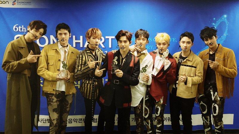 [Staff Diary]      EXO 만큼 더 빛났던 EXO-L 서로의 빛으로 서로를 밝혀주며 영원히 함께 걸어갈 수 있었으면 좋겠습니다~  감사합니다. EXO-L