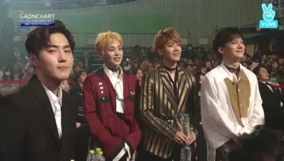 they stood up when onew is giving his speech hoobaenims~ 💕