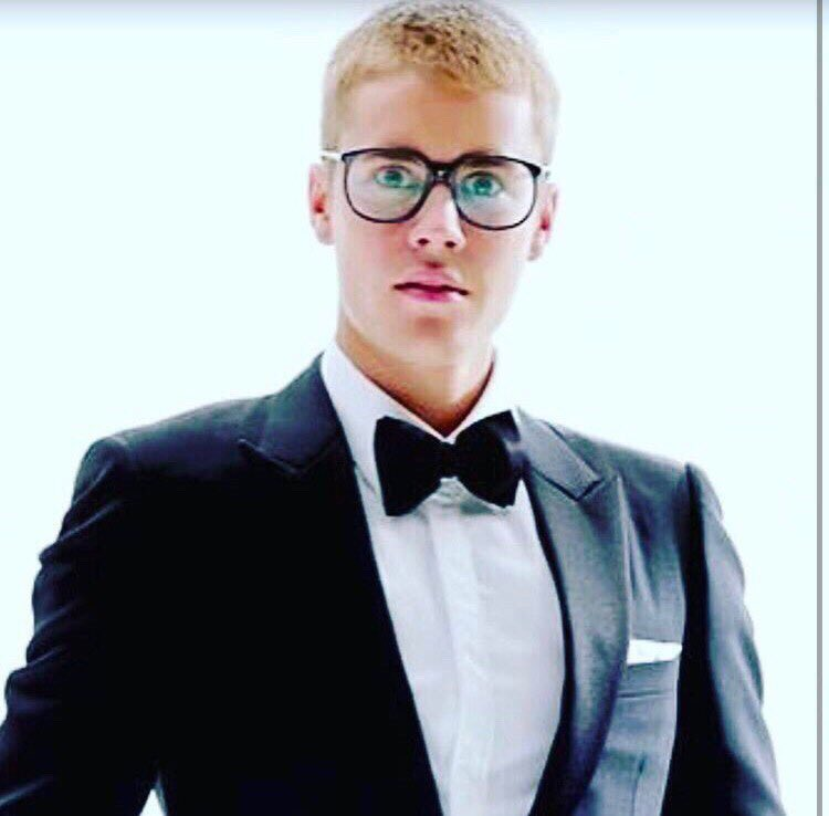what are you saying?my birthday next week?🎉🎁🎂🍾🎈#Beliebers #BestFanArmy #iHeartsAwards