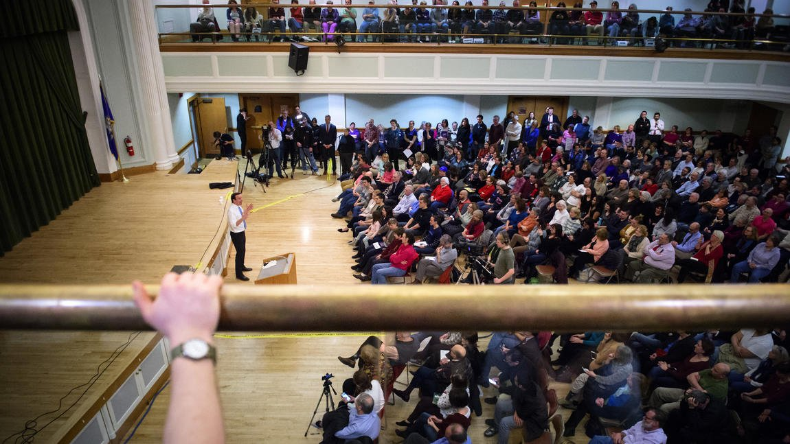 Hundreds crowded into @ChrisMurphyCT's town hall meeting in West Hartford Tuesday night https://t.co/XD6BgZHdIu https://t.co/tW374QJoM9