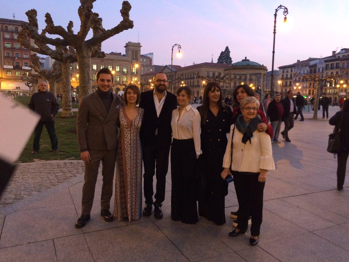 El equipo de #ElguardiánInvisible preparado para la Presentación Oficial de la película en Pamplona. #ganas <br>http://pic.twitter.com/OW44X7Hd6m
