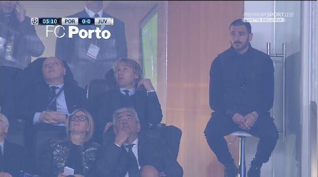 Bonucci in tribuna segue la partita su uno sgabello - https://t.co/Wxga5ff5Lp #blogsicilianotizie #todaysport