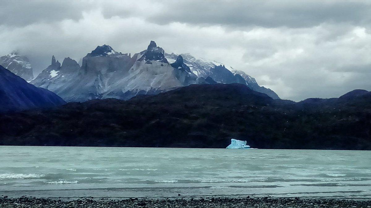 #Magallanes Laguna Grey con un &quot;pequeño&quot; témpano y detrás los maravillosos Cuernos de Paine. Desde #Antofagasta<br>http://pic.twitter.com/n8ibCd7dkc
