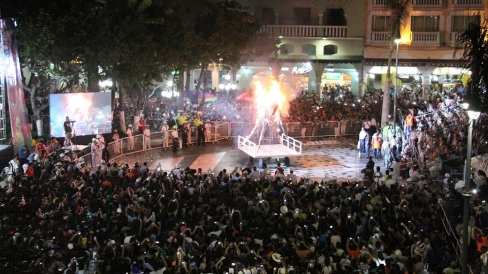 Con la #Quema del #MalHumor inicia el #Carnaval de #Veracruz<br>http://pic.twitter.com/T2uKG4KHHS