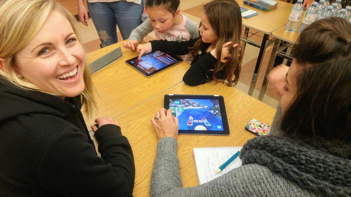 Les parents et les enfants s&#39;amusent avec des jeux de code à la soirée de technologie @CscpTechnoped @CscProvidence #code <br>http://pic.twitter.com/2DeIHRaEX8 &ndash; à Ecole Secondaire Notre-Dame