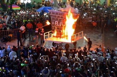 #FueraDelDeporte: Con la #quema del #muro de #Trump arranca #Carnaval de #Veracruz.  http:// redsport.com.mx/index.php/fuer a-del-deporte/535 &nbsp; …  …<br>http://pic.twitter.com/l3KWVgjiDA