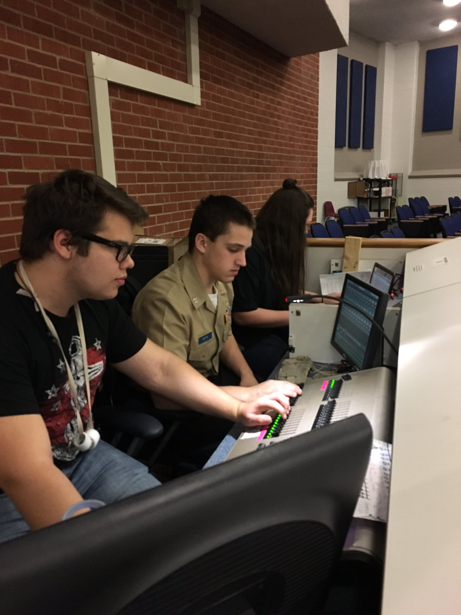 #OP Theatre crew programming light and sounds for Romeo and Juliet #pwcs #DLDay https://t.co/X2NklBV1zG