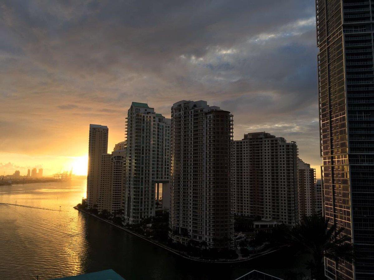 Lindo día!! En Miami para el gran #PremioLoNuestro por #Univision ! Es...
