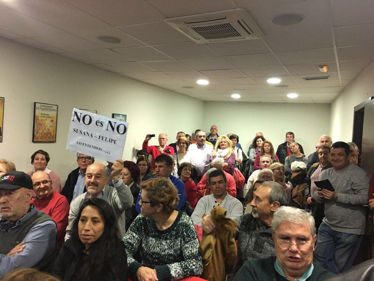 Lleno total en #AlcalaDeHenares y gente fuera q no ha podido entrar Con Pedro @sanchezcastejon<br>http://pic.twitter.com/6tPz3czT5B