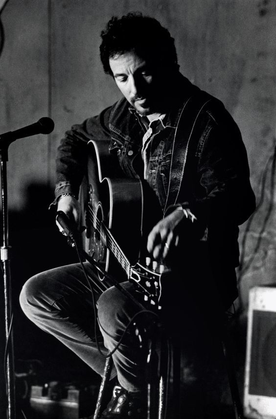 Bruce Springsteen Trouvez des jeux de cordes #Gibson Masterbuilt Premium pour votre guitare folk :  http:// bit.ly/1L7BKES  &nbsp;   #90s #Guitars<br>http://pic.twitter.com/jfvBrEmR93