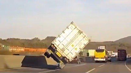 Le chauffeur routier évite l'accident comme un cascadeur ! [VIDÉO] #insolite  http:// bit.ly/2kRi1DV  &nbsp;  <br>http://pic.twitter.com/yZjSeOVXr7