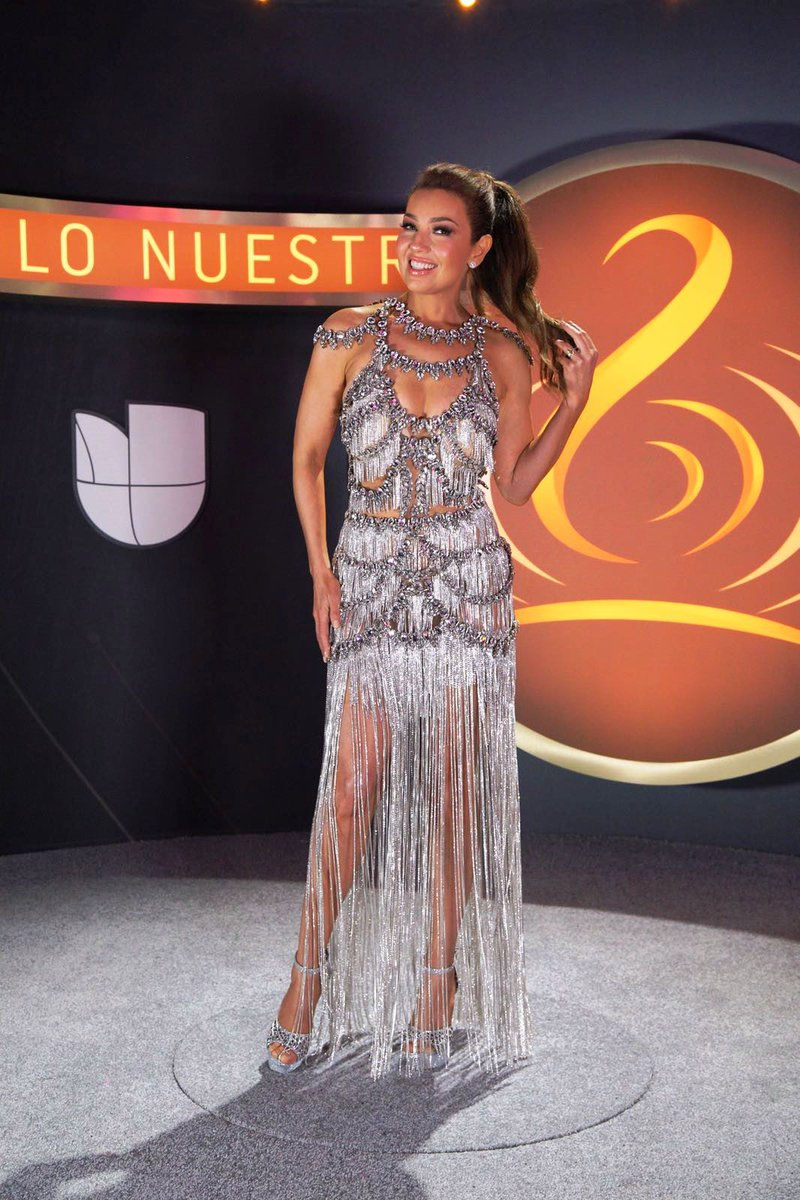 Premio Lo Nuestro Twitterren Con Tremendo Vestido At Thalia