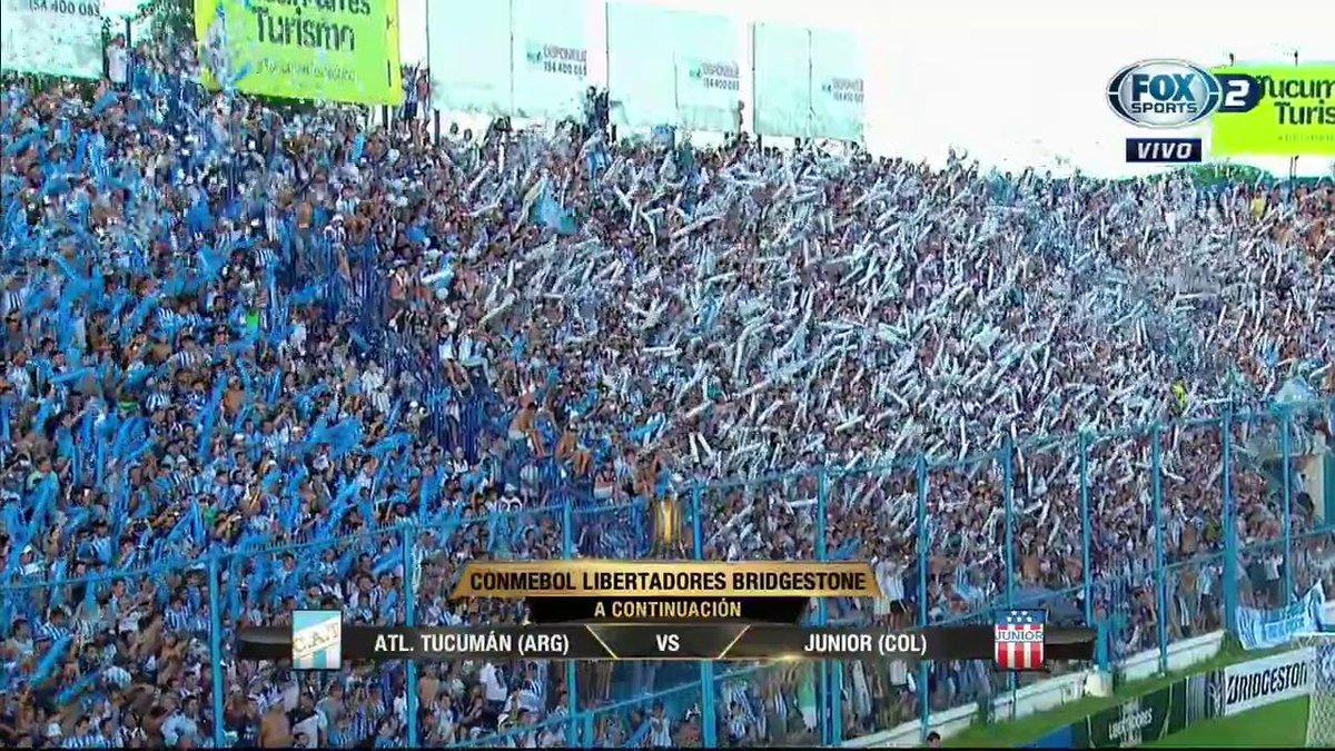 Hinchas fazem a festa do futebol para o Atlético Tucumán antes do jogo...