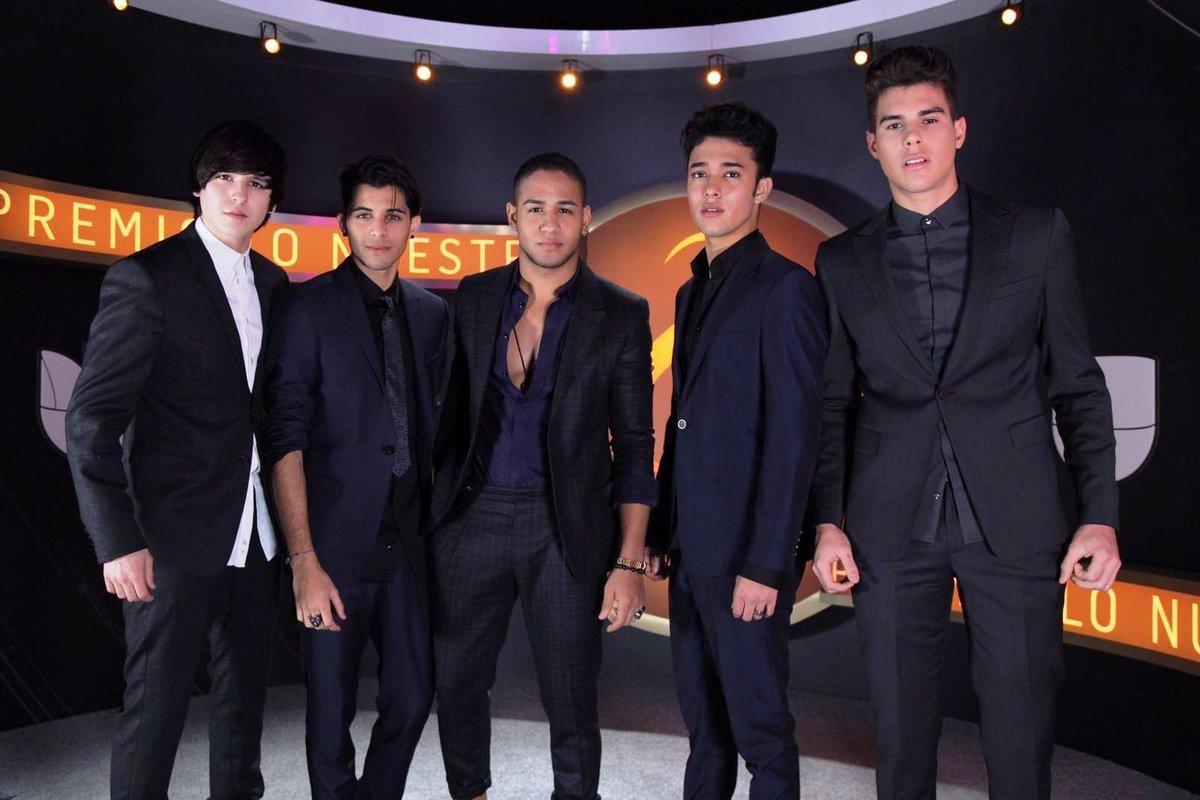 Los chicos de @cncomusic disfrutan esta noche contigo en #PremioLoNues...