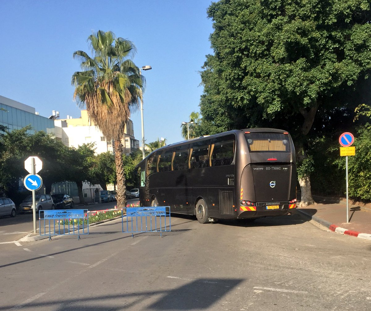 Voici comment en #Israel on empêche les attaques à la voiture bélier : un bus placé pour bloquer la route. Ce matin au marathon de #TelAviv<br>http://pic.twitter.com/uBhMms1p2H
