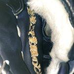 グローブの刺繍には選手本人の想いが込められています✨誰のグローブだか分かりますか⁇1)繋2)逆境こそ…