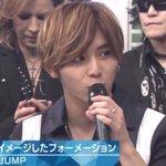 YOSHIKIが後方の席でスマホいじり!生放送中にツイートしてる!