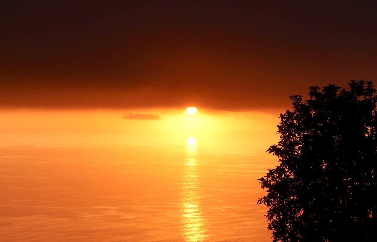 #Sunset #SunsetTrip #OceanIndien #LaReunion #OuestLaReunion #SaintLeu #beautiful coucher de #soleil du 24/02/2017 #BonneSoirée  bon #weekend<br>http://pic.twitter.com/QkXoQ4C7xU