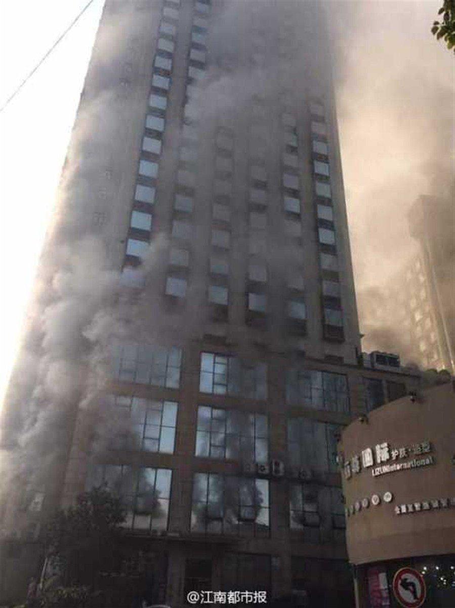 Un fuego en un hotel chino deja varios muertos y mantiene personas atrapadas