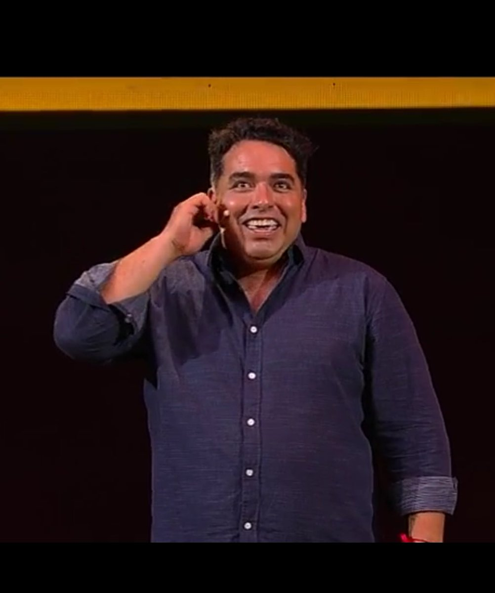 Ya está en el escenario el humorista Rodrigo Villegas #VIÑA2017 #Rodri...