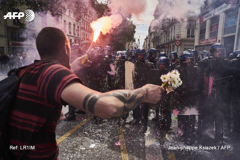 """.@JpKphotographer  2e place de la catégorie """"Spot News"""" avec ce cliché d'un manifestant contre la loi travail à Lyon #POYi #AFP <br>http://pic.twitter.com/2g4q0589kZ"""