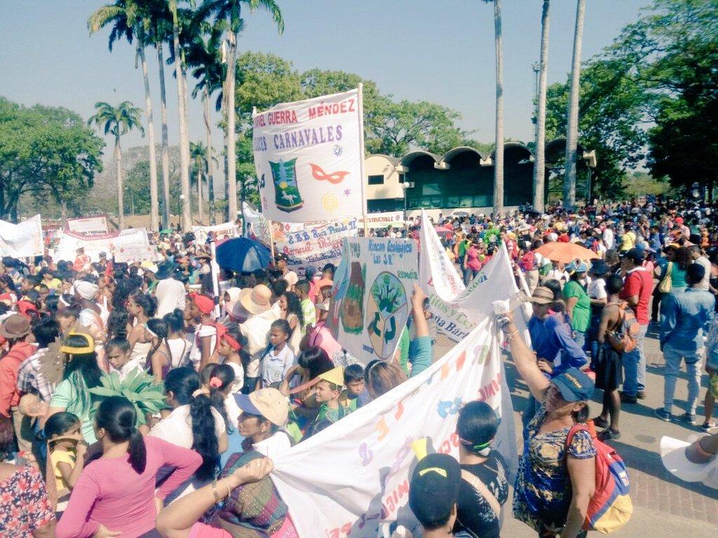 El @RecreacionalSUR brillo con #Alegria y #Colores en desfile de comparsas y disfraces del Municipio Escolar #Valencia<br>http://pic.twitter.com/SFY07ByIty