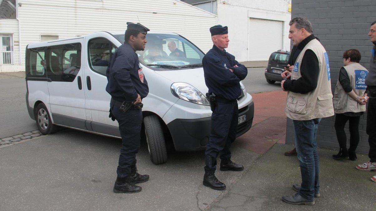 Douches pour #migrants  #Calais : les contrôles devant le Secours catholique sont-ils légaux ?  http://www. lavoixdunord.fr/123457/article /2017-02-25/douches-pour-migrants-les-controles-menes-devant-le-secours-catholique-sont-ils &nbsp; …  via @lavoixdunord<br>http://pic.twitter.com/Is3pamfAen