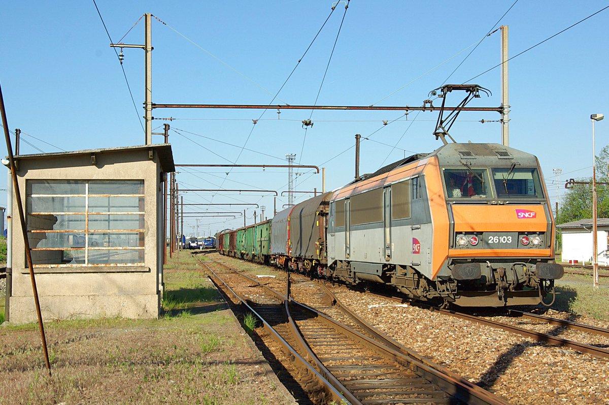Mai 2012, à la sortie du triage de Trappes avant de prendre la route pour la Bretagne avec le train 56821 Le Bourget - Nantes #fret #sncf <br>http://pic.twitter.com/COlIdQpKdE