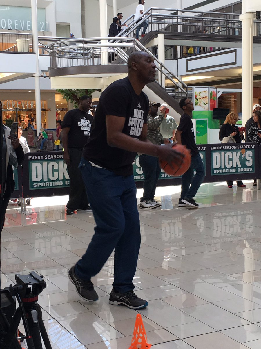 Just some fans doing a little horsing around 🏀🐴 this morning at our Deerbrook location with Hakeem Olajuwon. (Spoiler alert: @DR34M won)