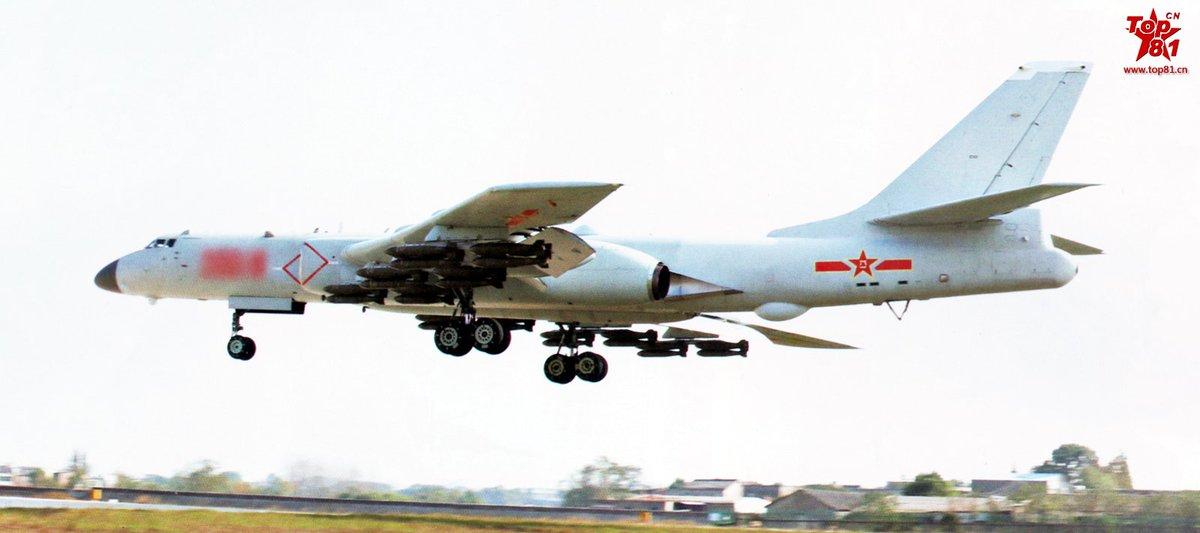 Бомбардировщик Н-6К с полной бомбовой нагрузкой