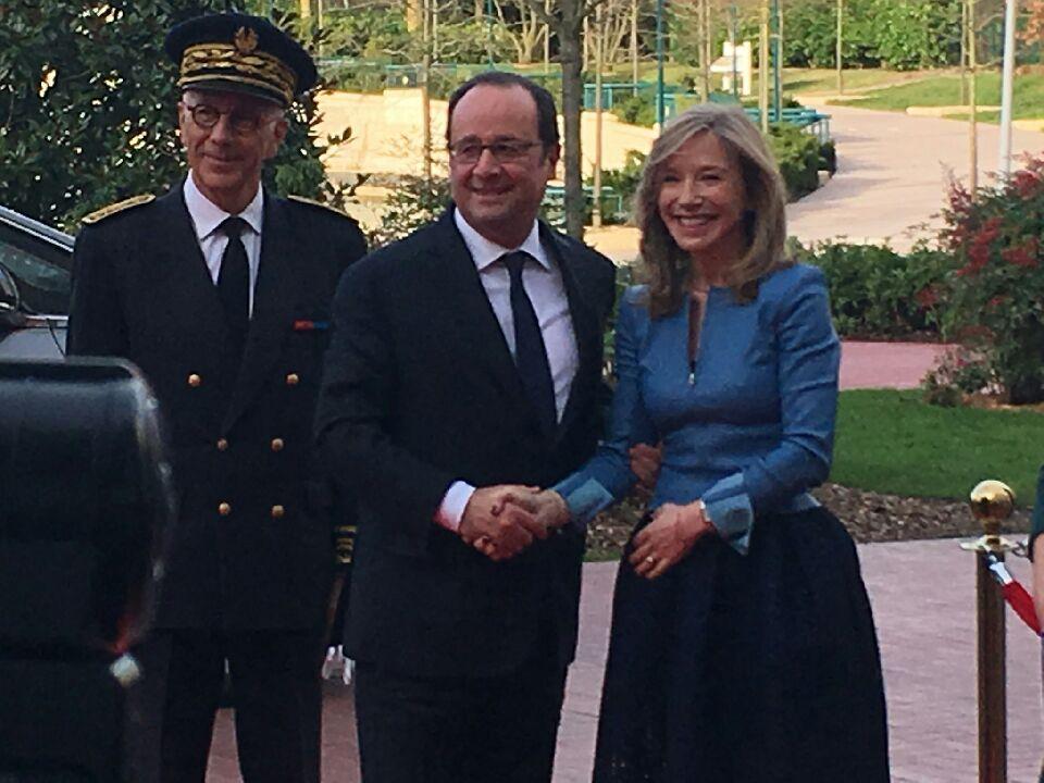 &quot;Quel symbole pour Disneyland Paris et le #tourisme français de voir le Président de la République sur notre destination&quot; — Catherine Powell <br>http://pic.twitter.com/ap7FOILery