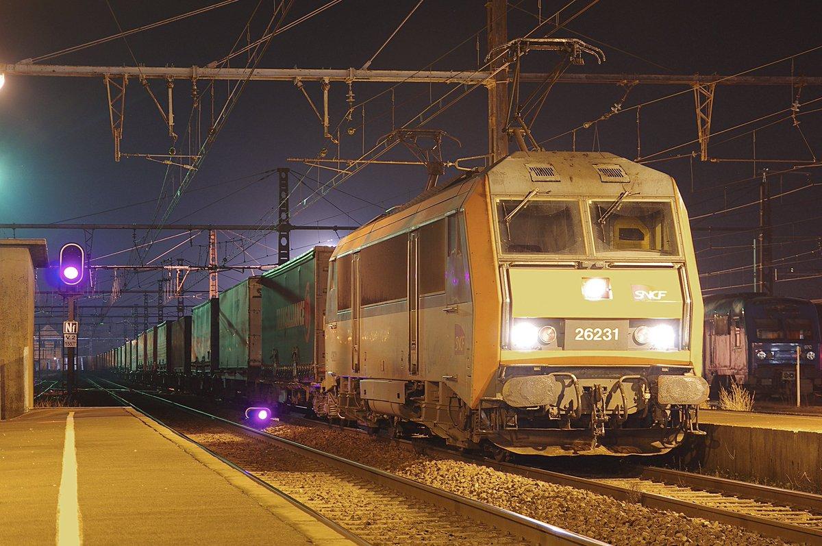 Cette nuit en gare de Laroche-Migennes, relève de ce train ME140 numéro 50052 reliant Avignon à Dourges ! #fret #sncf #DFCE #Froidcombi<br>http://pic.twitter.com/G8nLzWOPLO