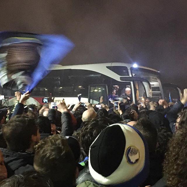Accoglienza da eroi per i giocatori dell'Atalanta a Bergamo al ritorno da Napoli - https://t.co/E0w7FKTUmw #blogsicilianotizie #todaysport